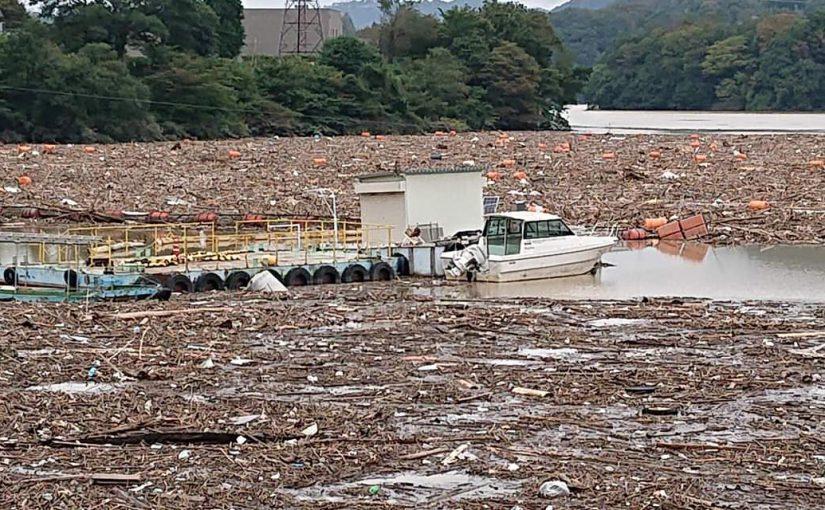 台風19号の影響で満水状態の城山ダム
